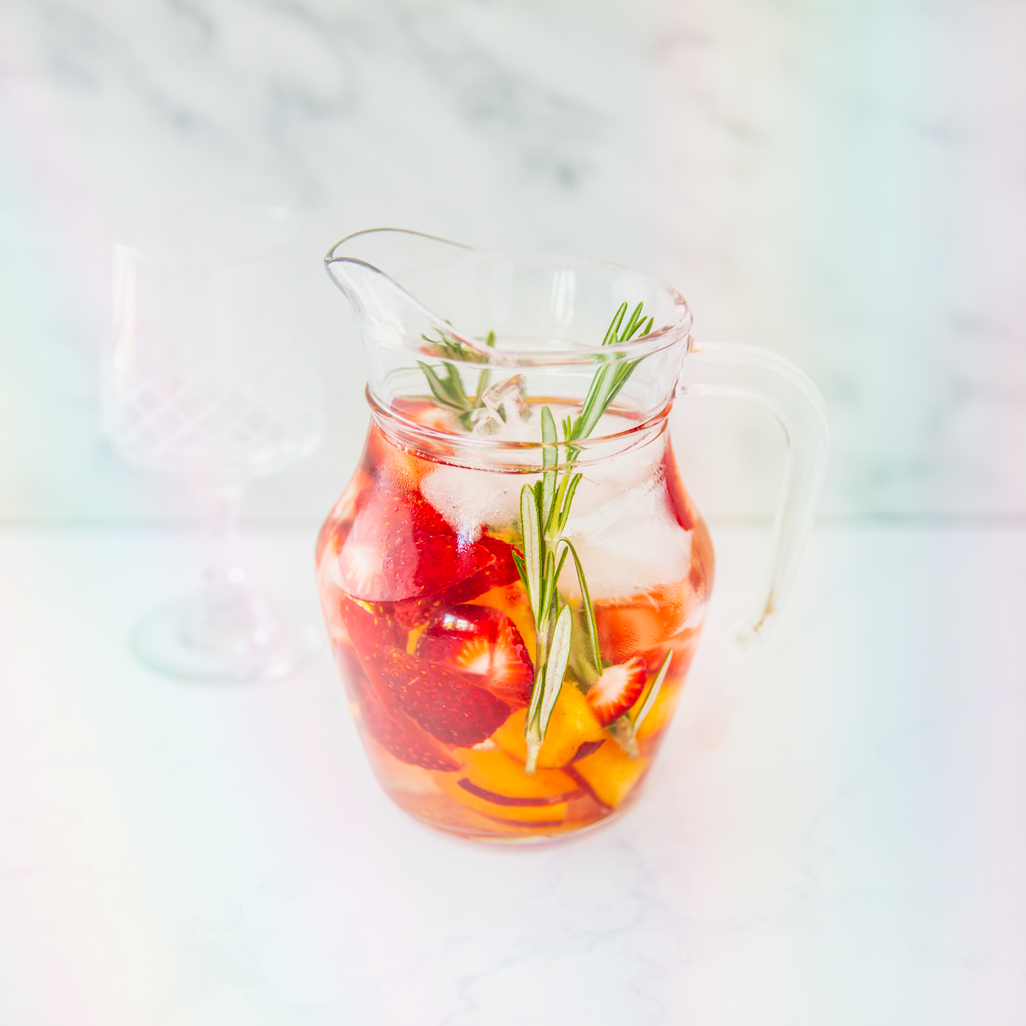 eau infusée aux fraises, nectarines et romarin