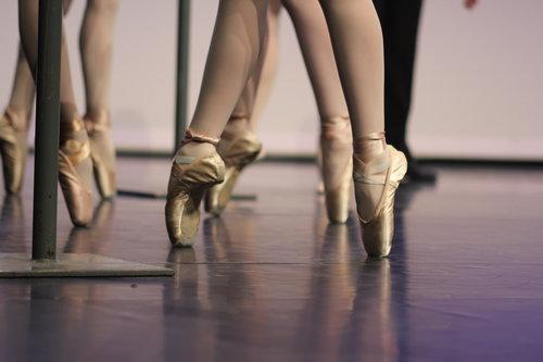 Hoe het begon - Balletschool Marie-Ellen vzw is opgericht in het schooljaar 1977-1978. Voordien heette de school Balletschool Chris Ellen.Na het schielijk overlijden van Chris in het najaar 1977 nam Marita Engels de school onder haar vleugels. Het was geen gemakkelijk begin.Marita was wel al enkele jaren de assistente van Chris maar onvoorzien stond ze er plots alleen voor.En toch lukte het om de balletschool uit te bouwen tot het instituut dat het nu is.