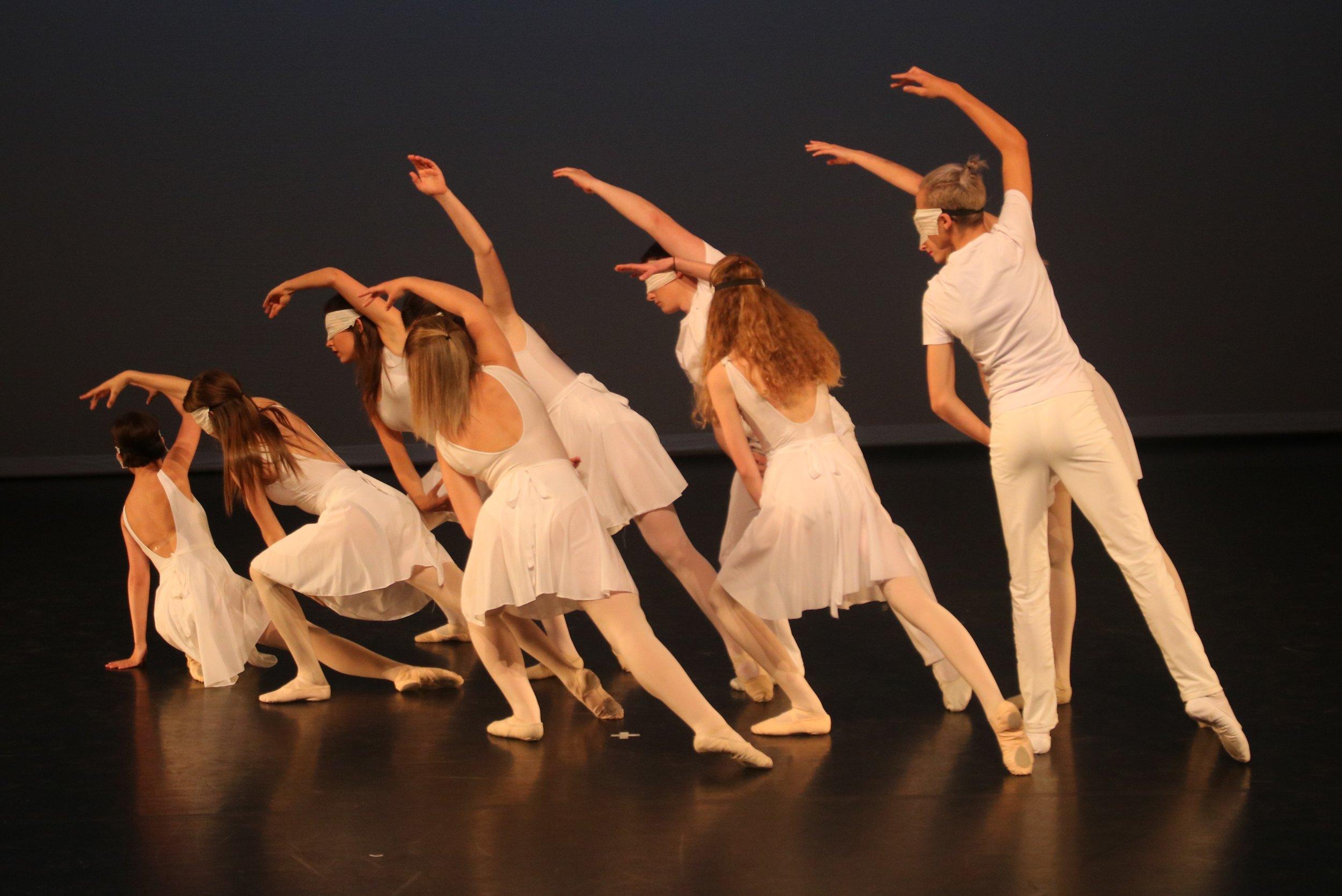 De balletschool - Door de jaren heen is de balletschool uitgegroeid tot een begrip in Oostende op het gebied van klassiek ballet. De lessen zijn van een hoog niveau en hoewel het gaat om amateurs, is de aanpak professioneel. De sfeer in de lessen is gedisciplineerd maar niet ouderwets streng.De klassieke lessen staan onder de ervaren leiding van Marita Engels, in de jongere klassen bijgestaan door meerdere assistenten. Marita geeft ook de lessen jazzdans aan de leerlingen uit de 1ste 3 jaren van het middelbaar en de initiatie pointes aan 5de en 6de leerjaar.