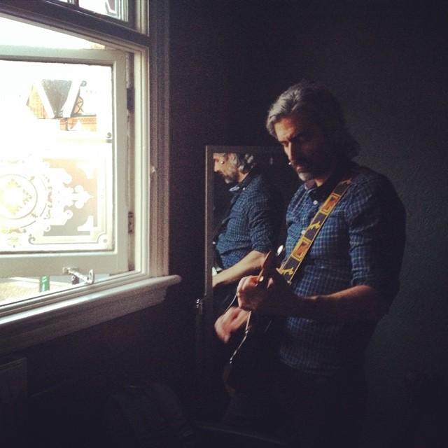 Green room, @hareandhounds, Birmingham, UK. Stunt-fiddler @twentyfourfps @davidjcavallo.  http://ift.tt/1k8FA5i