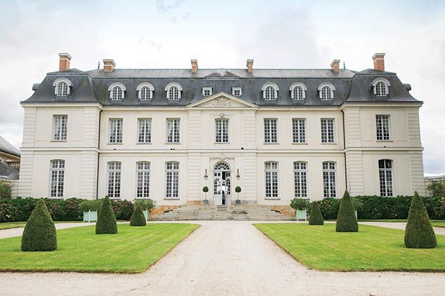A glimpse inside the gorgeous and renowned @chateaudugrandluce in France's Loire Valley. #SoDuJour #ExclusivelyDuJour #DuJour⠀