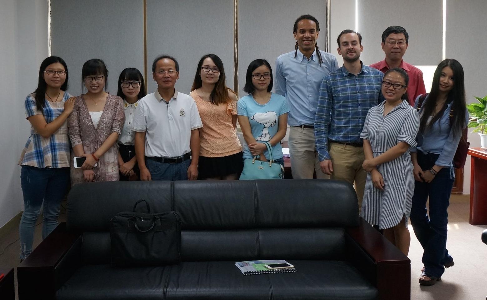 De professoren van Shenzhen University samen met ons en een aantal studenten.