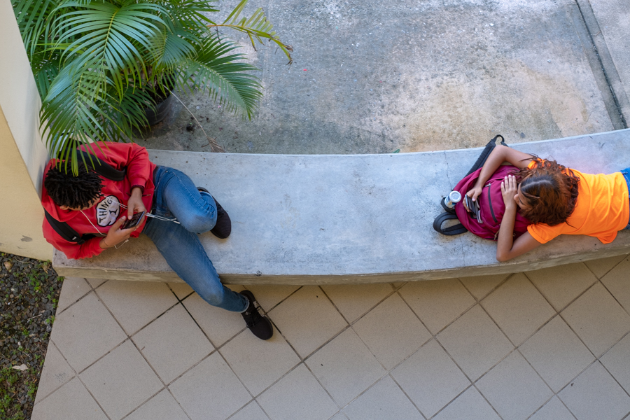 Students waiting for class to begin on the Caimito campus