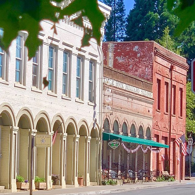 Boutiques and great coffee can always be found on a perfect summers day  in #jacksonvilleoregon 🙌🏻