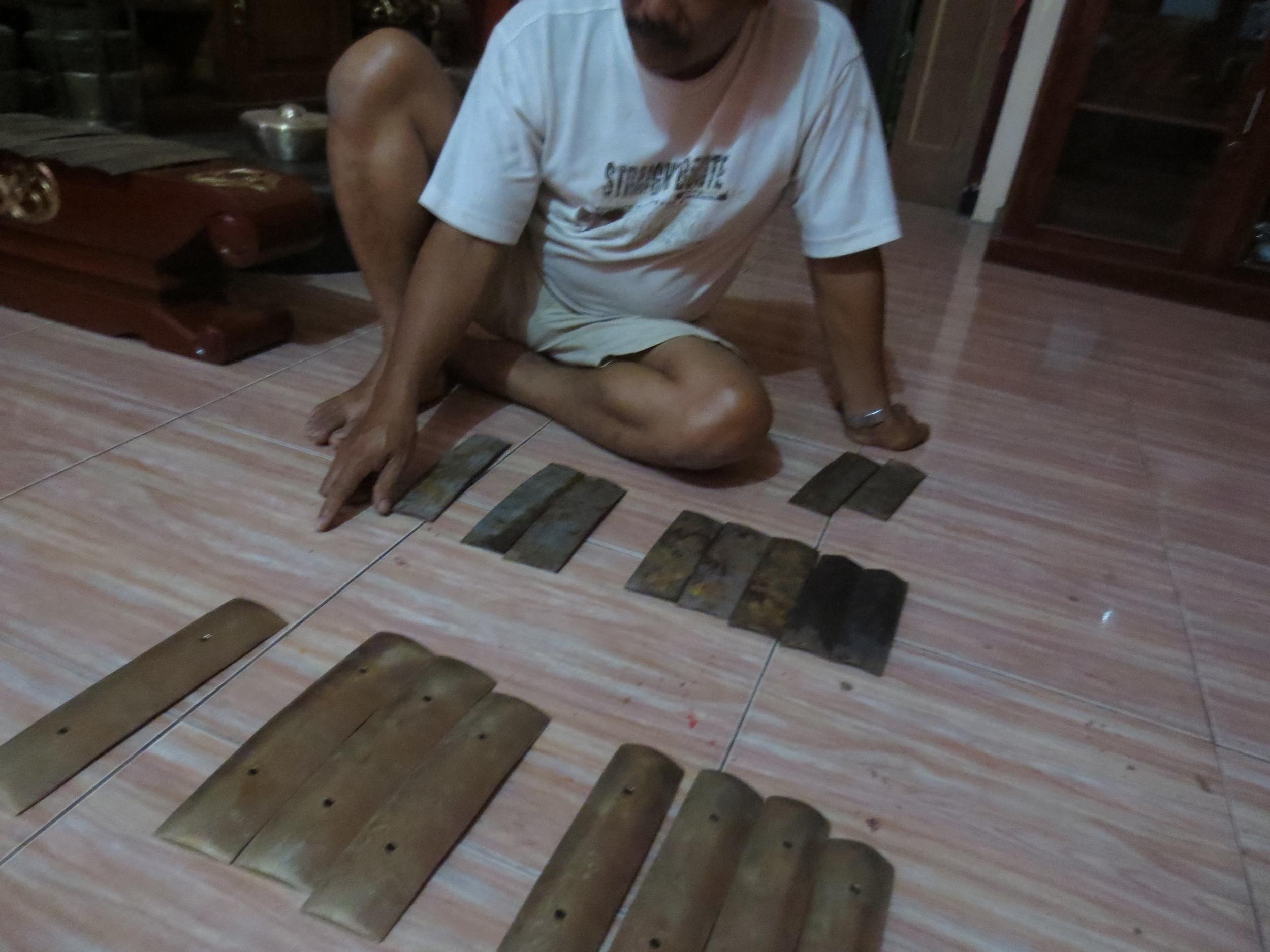 Pak Ahum with iron and bronze bars