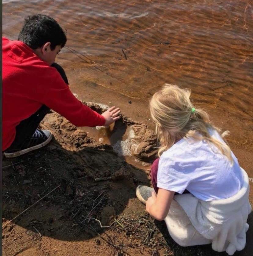 Med ett finger i sjön så är du per automatik i kontakt med alla världens hav, sjöar och floder.