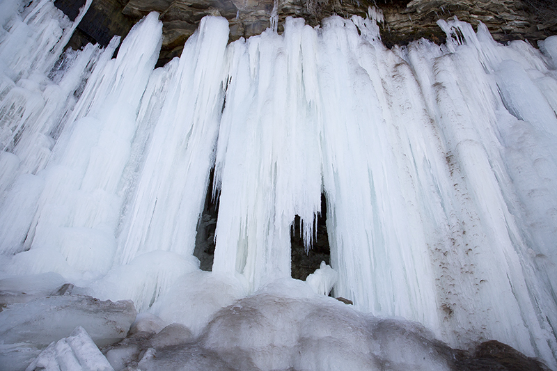 frozen-waterfall-minnehaha-falls-mineeapolis-minnesota-city-winter-adventures-ice-pillars-melanie-mahonen-photography