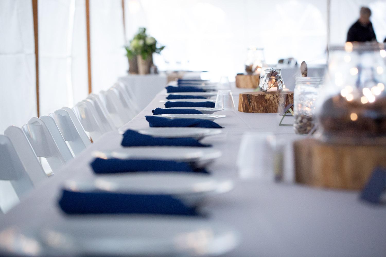19-head-table-tent-wedding-reception-navy-blue-napkins-mahonen-photography