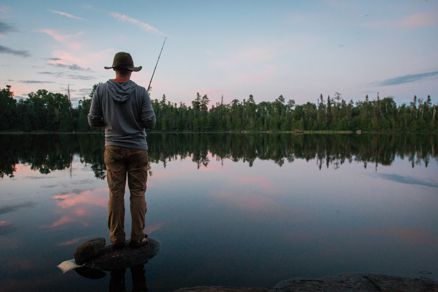 06-fishing-at-sunset-finn-kidd-boundary-waters-horseshoe-lake-bwca-northern-minnesota-mahonen-photography.jpg