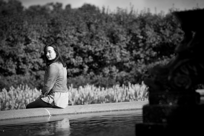 03-minneapolis-rose-garden-minnesota-fall-senior-portraits-fountain-black-and-white-moody-mahonen-photography.jpg
