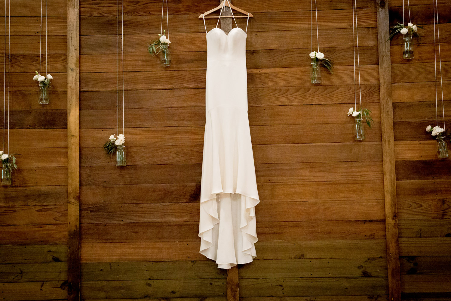 02-bridal-gown-detail-shot-wood-wall-fitted-wedding-dress-mahonen-photography.jpg