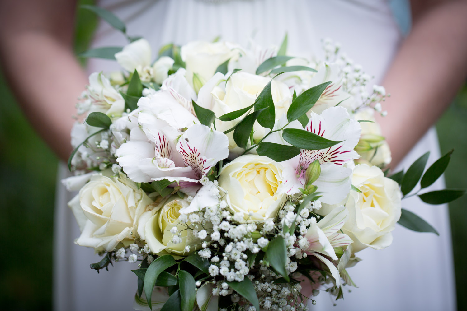 16-wedding-details-bridal-bouquet-white-roses-greenery-babys-breath-mahonen-photography.jpg