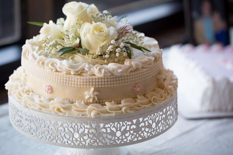 30-wedding-cake-detail-shot-white-fresh-flowers-mahonen-photography.jpg