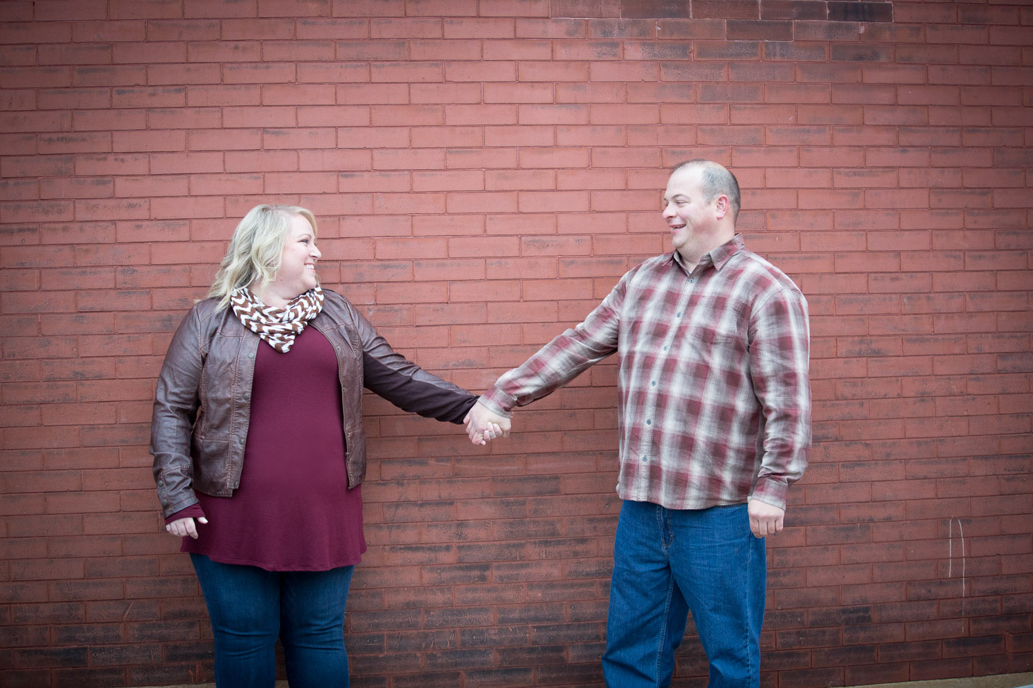 07-fall-engagement-session-urban-textures-stillwater-red-brick-wall-mahonen-photography.jpg