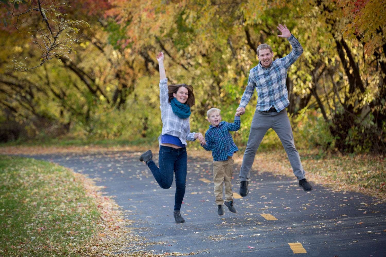 06-minnesota-fall-colors-family-jump-shot-photo-session-mahonen-photography.jpg
