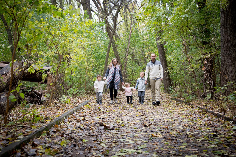 03-fall-family-session-hiking-trail-mahonen-photography.jpg