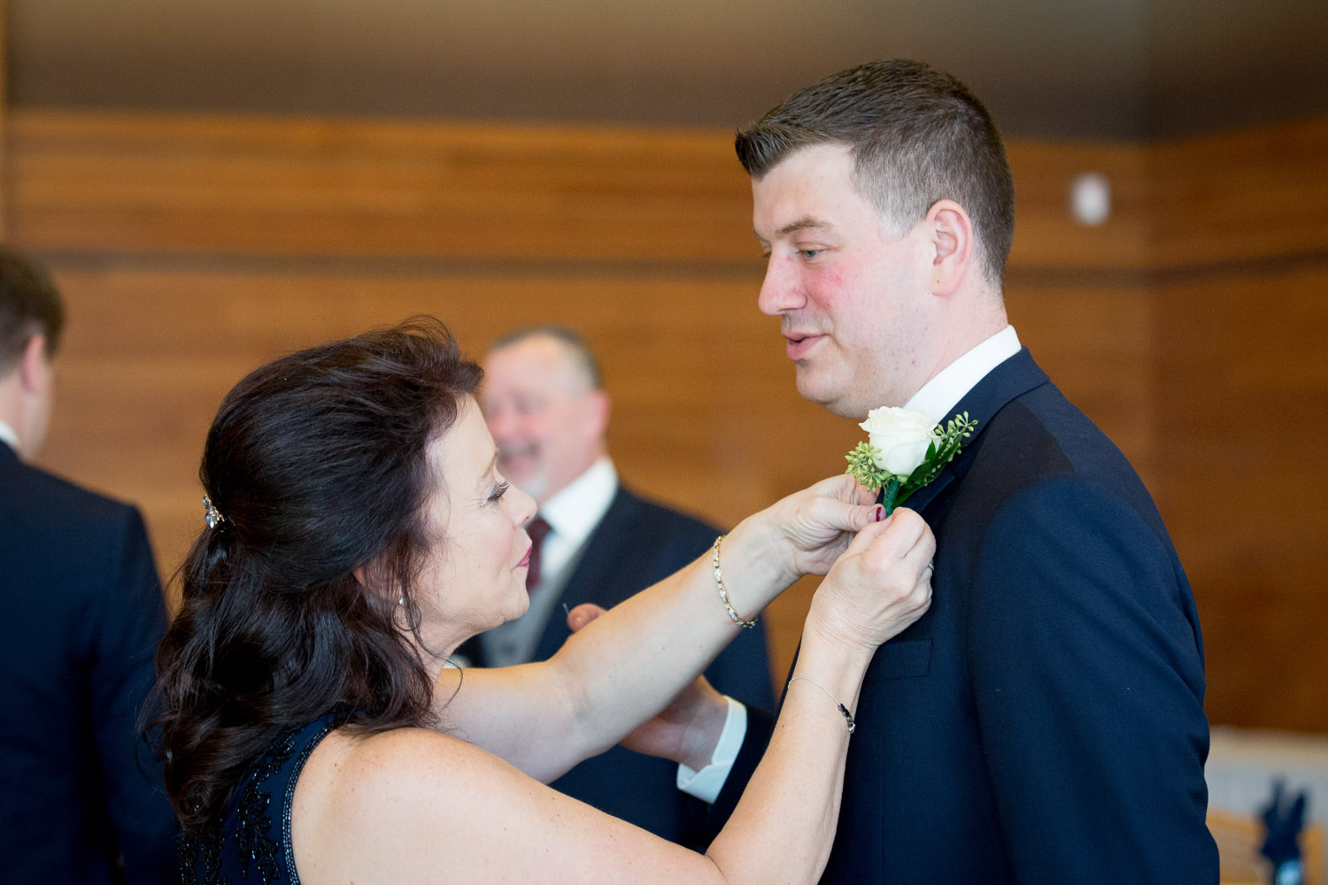 03-wedding-day-groom-getting-ready-mom-mother-pinning-boutineer-mahonen-photography.jpg