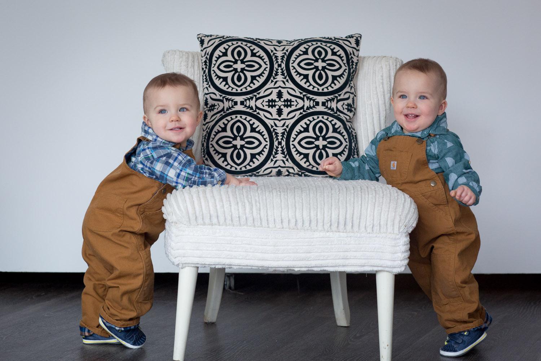 04-twin-boys-one-year-photo-session-studio-gray-couch-carhardt-overalls-block-studios-minnesota-mahonen-photography.jpg