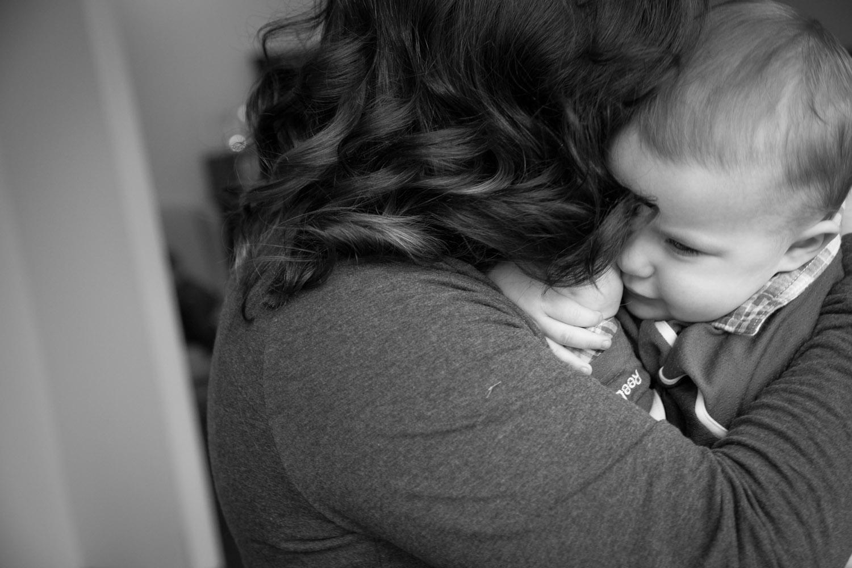 07-family-session-mommy-snuggles-baby-boy-minnesota-photographer-mahonen-photography.jpg