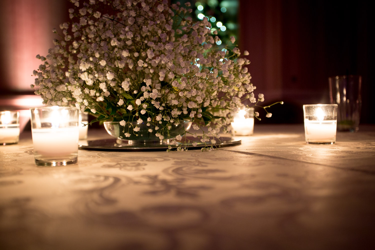 23-wedding-reception-detail-shot-low-light-babys-breath-candles-table-center-piece-mahonen-photography.jpg