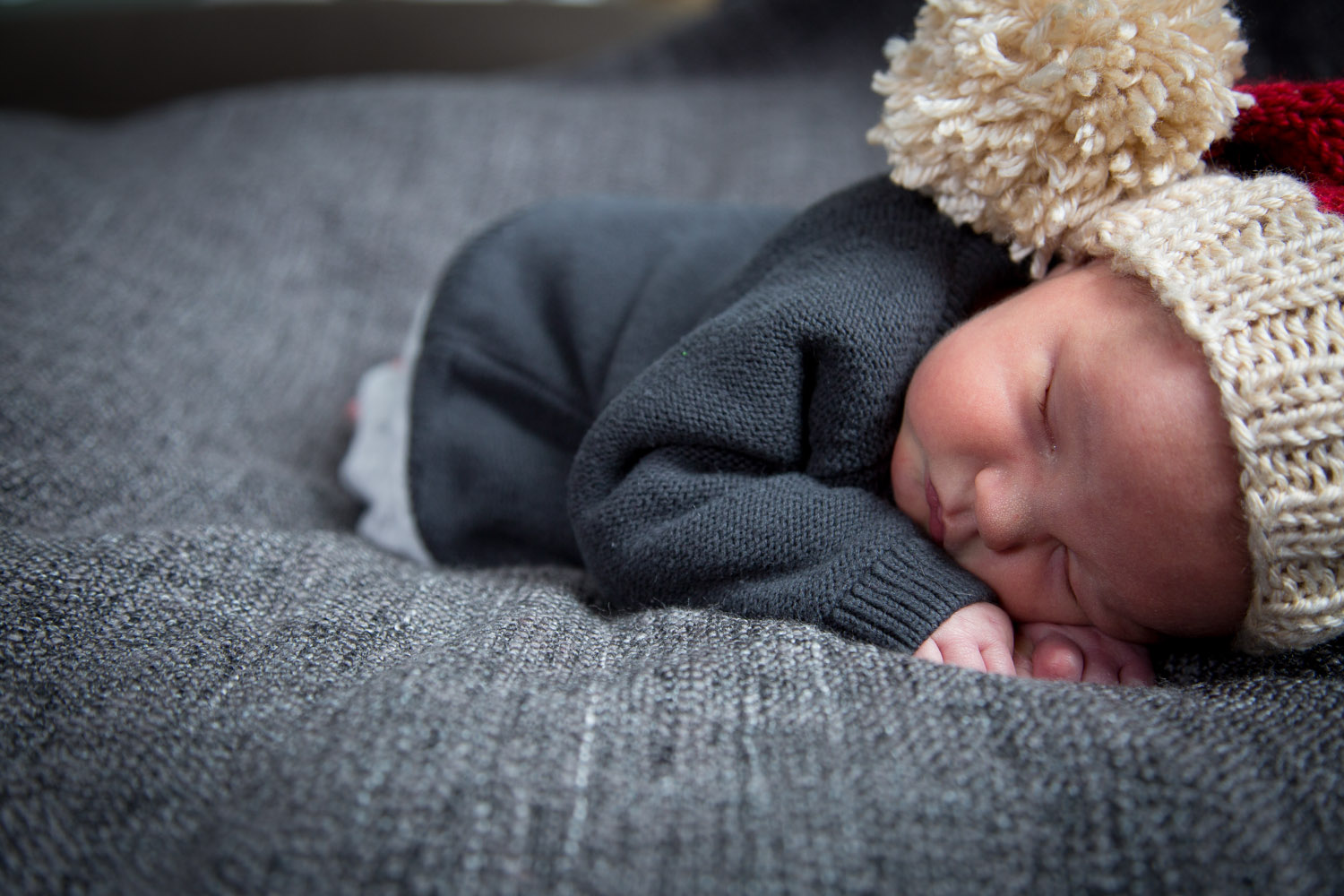 03-newborn-baby-boy-in-home-session-santa-hat-mahonenphotography.jpg