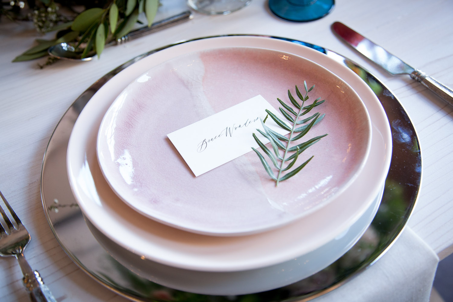 13-wedding-reception-place-setting-metallic-charger-plates-mahonen-photography.jpg