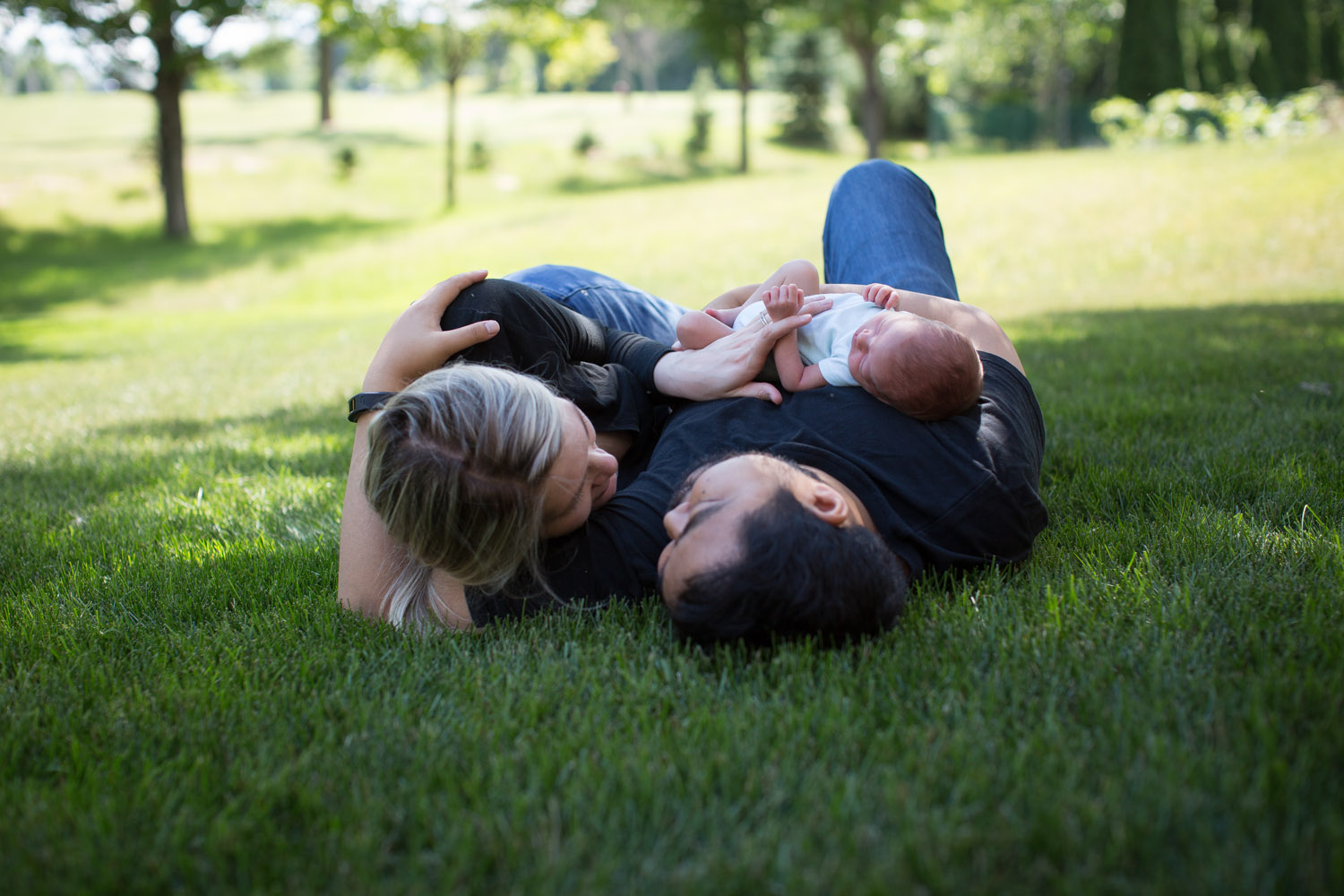 04-minnesota-in-home-newborn-lifestyle-photographer-new-parents-mom-dad-baby-boy-outside-green-grass-mahonen-photography.jpg