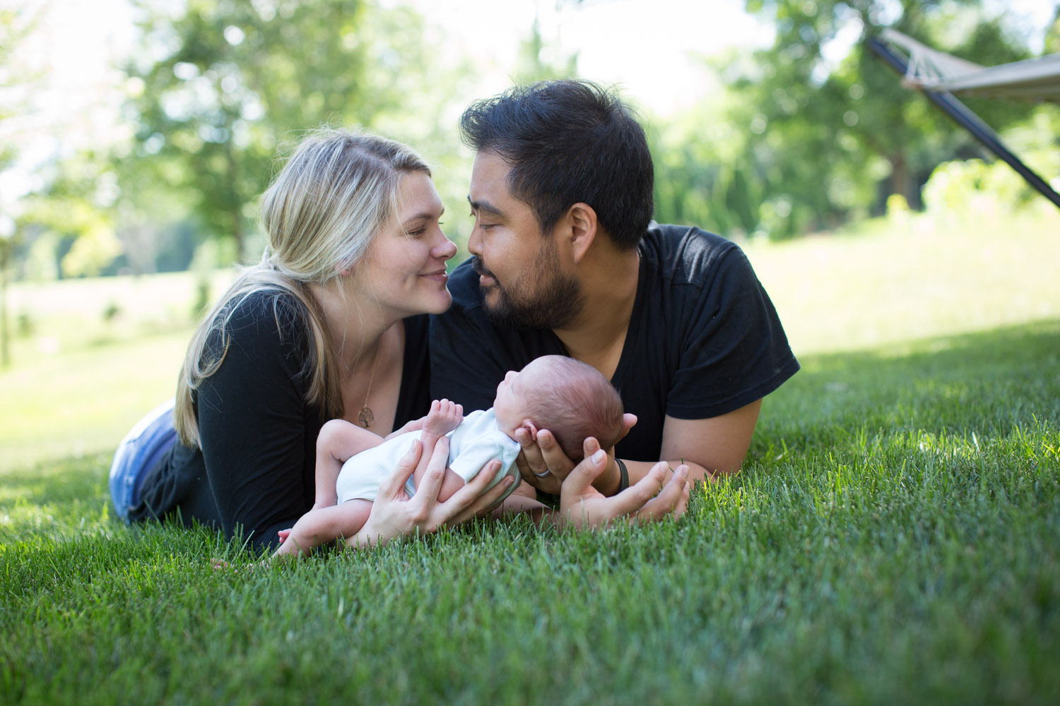 05-minnesota-in-home-newborn-lifestyle-photographer-new-parents-mom-dad-baby-boy-outside-green-grass-mahonen-photography.jpg