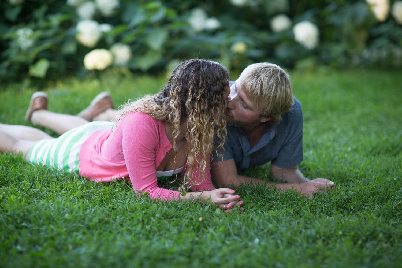05-minneapolis-mn-wedding-photographer-rose-garden-summer-engagement-photos-mahonen-photography.jpg