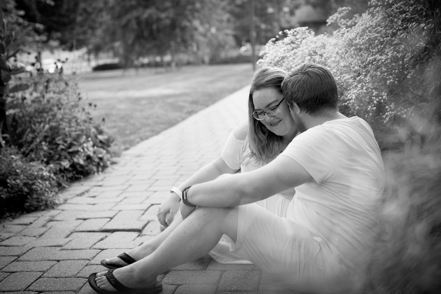 05-minnehaha-falls-minneapolis-wedding-photographer-summer-engagement-photos-black-and-white-wildflowers-mahonen-photography.jpg