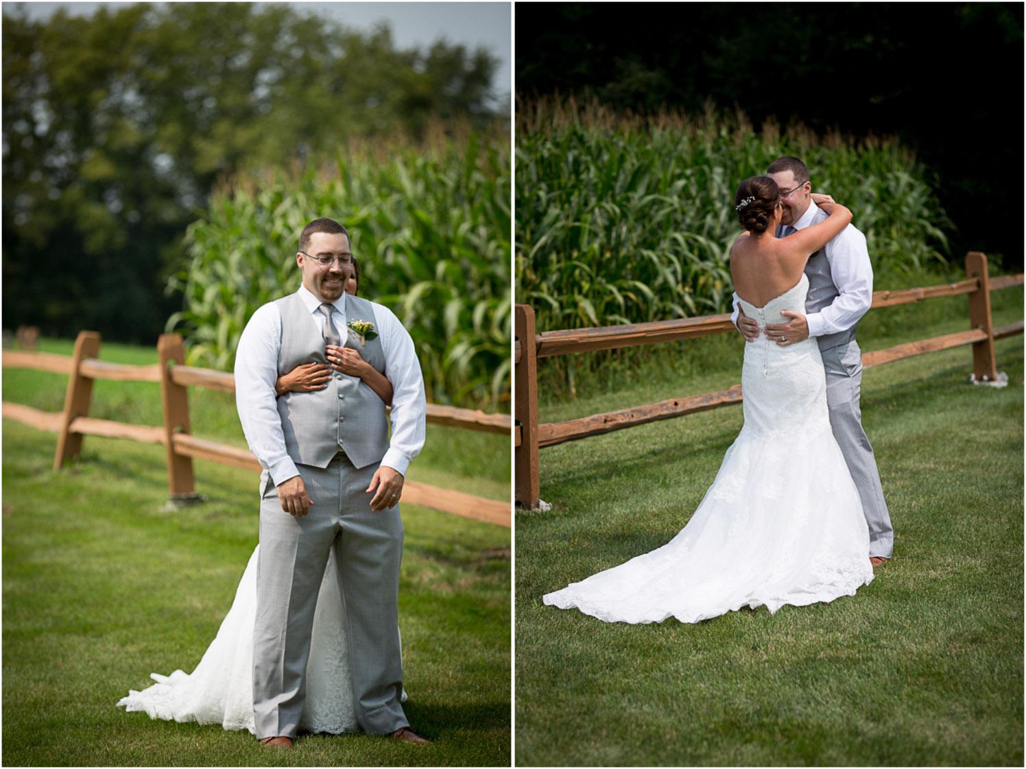 06-ridgetop-prescott-wisconsin-wedding-photographer-bride-groom-first-look-corn-field-mahonen-photography.jpg