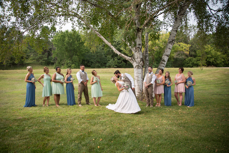 20-dellwood-barn-weddings-minnesota-wedding-photographer-outdoor-summer-bridal-party-photos-dip-kiss-tree-grassy-field-mahonen-photography.jpg