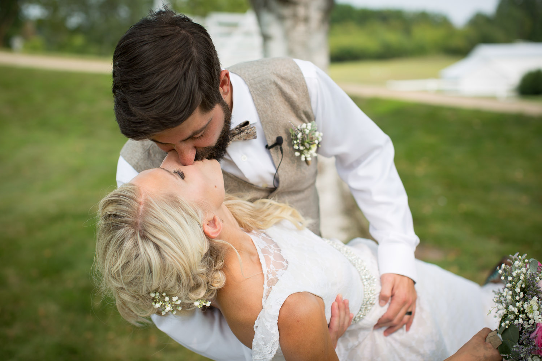 22-dellwood-barn-weddings-minnesota-wedding-photographer-outdoor-summer-bride-and-groom-photos-dip-kiss-mahonen-photography.jpg