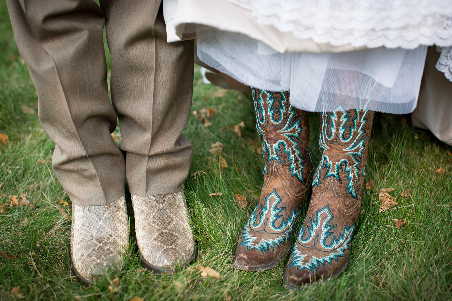 24-dellwood-barn-weddings-minnesota-wedding-photographer-outdoor-summer-bride-and-groom-photos-cowboy-boots-detail-mahonen-photography.jpg