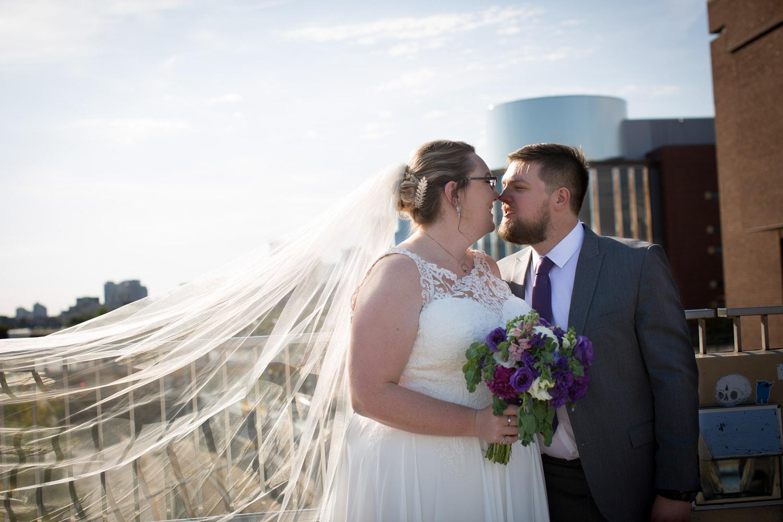 17-university-of-minnesota-campus-club-wedding-photographer-bride-groom-photo-portrait-coffman-memorial-union-bridge-bridal-veil-mahonen-photography.jpg