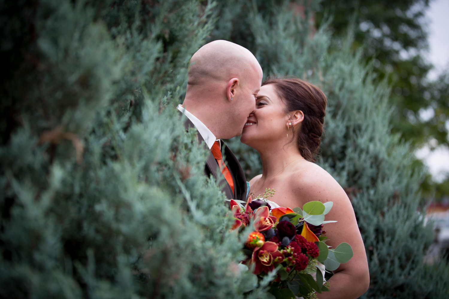 14-relaxed-fun-casual-bride-groom-stolen-moment-portraits-mn-fall-colors-wedding-photographer-mahonen-photography.jpg