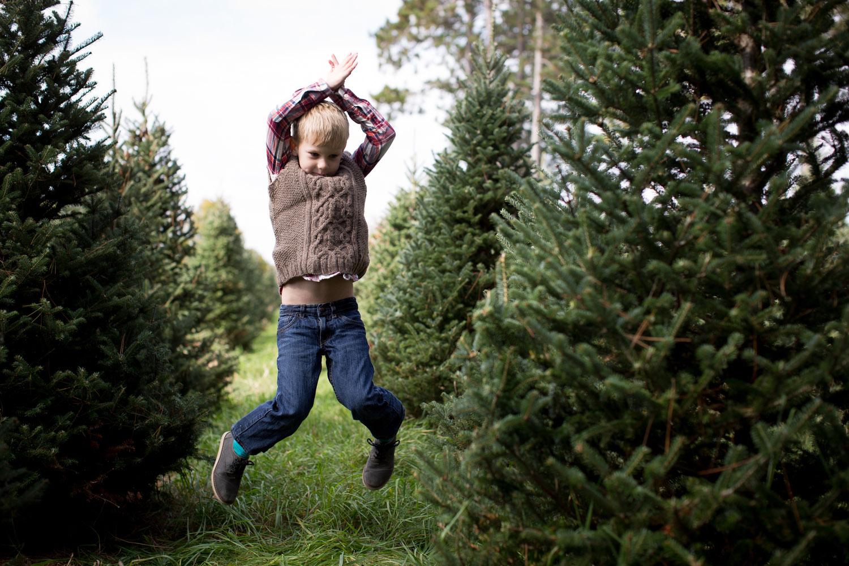 06-hansen-tree-farm-christmas-mini-sessions-minnesota-family-photographer-hand-knit-sweater-vest-red-plaid-festive-mahonen-photography.jpg