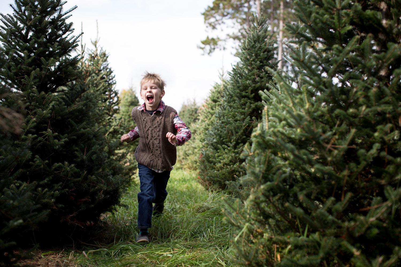 07-hansen-tree-farm-christmas-mini-sessions-minnesota-family-photographer-hand-knit-sweater-vest-red-plaid-festive-mahonen-photography.jpg