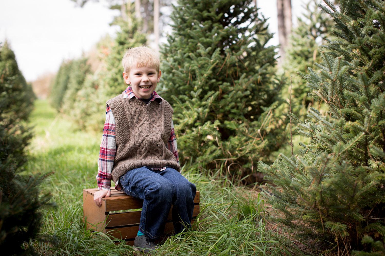 08-hansen-tree-farm-christmas-mini-sessions-minnesota-family-photographer-hand-knit-sweater-vest-red-plaid-festive-mahonen-photography.jpg