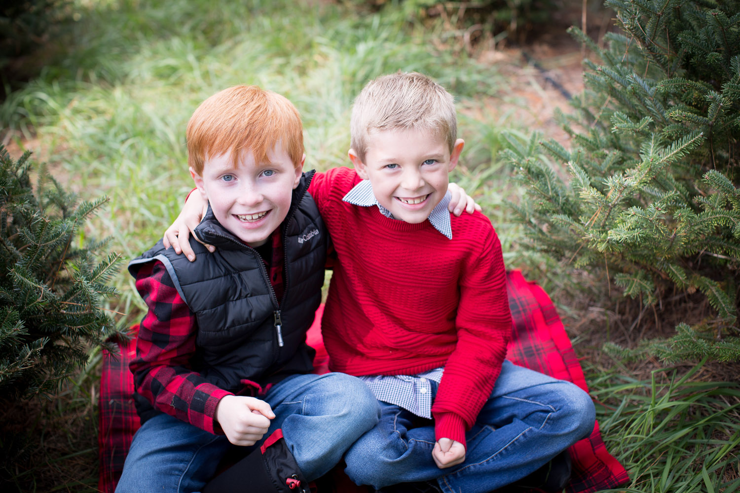11-hansen-tree-farm-christmas-mini-sessions-minnesota-family-photographer-sweater-puffy-vest-red-plaid-festive-brothers-mahonen-photography.jpg