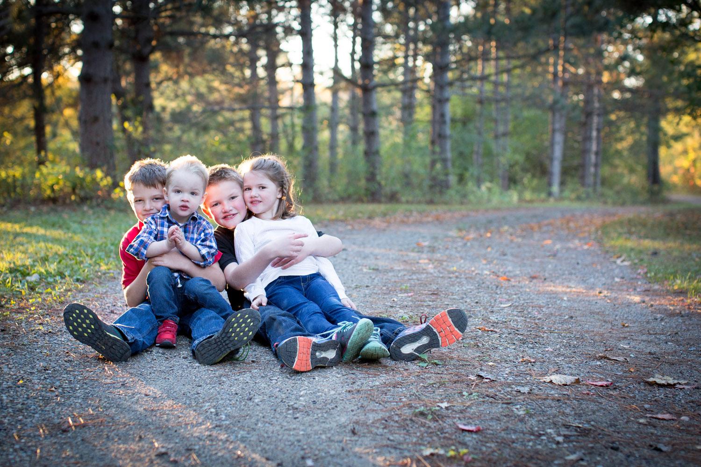 02-mn-family-photographer-extended-fam-photo-session-siblings-dirt-road-golden-hour-mahonen-photography.jpg