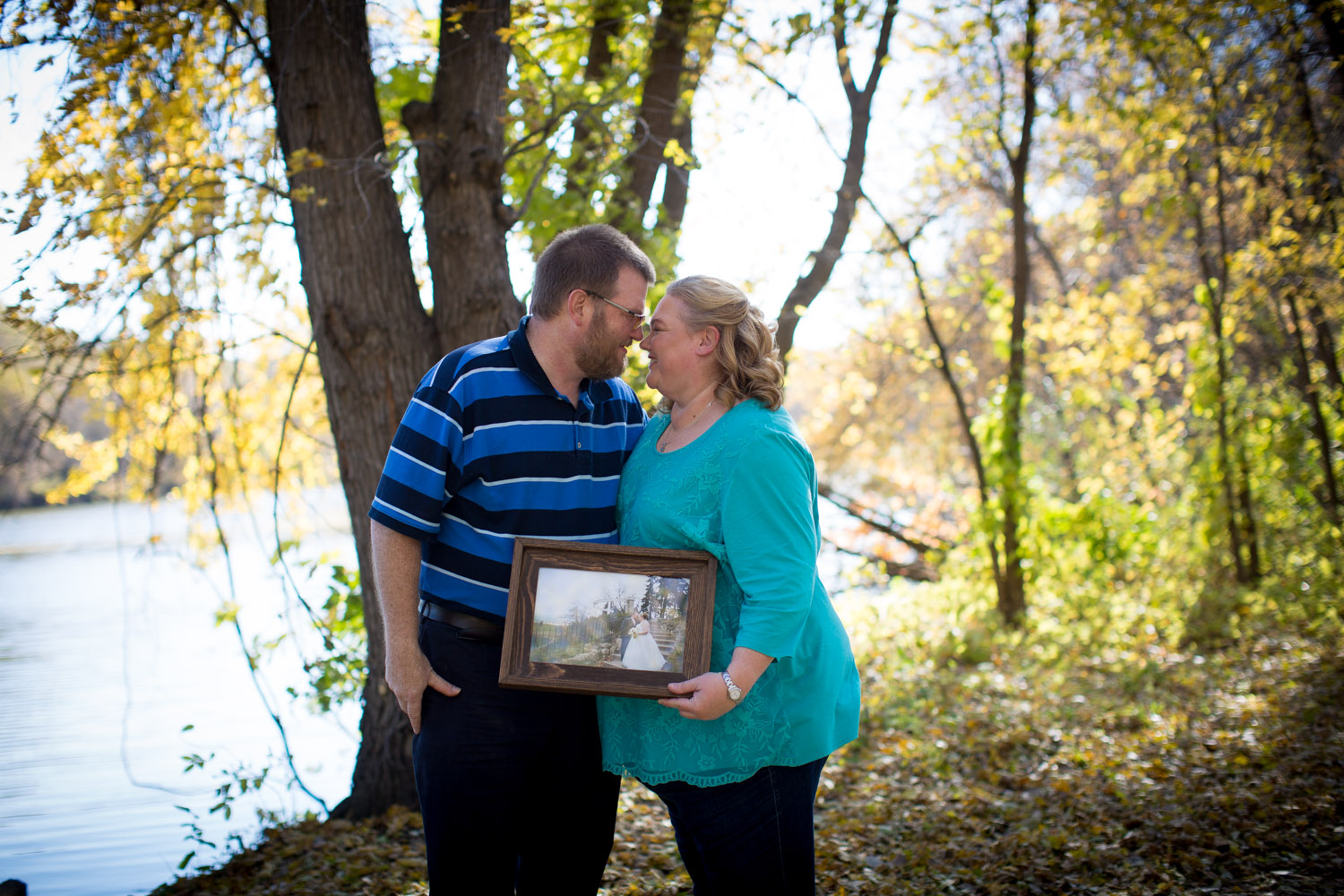 05-mn-fall-family-photographer-fort-snelling-state-park-minnesota-photo-session-chihuahua-color-foliage-anniversary-couples-photo-mahonen-photography.jpg