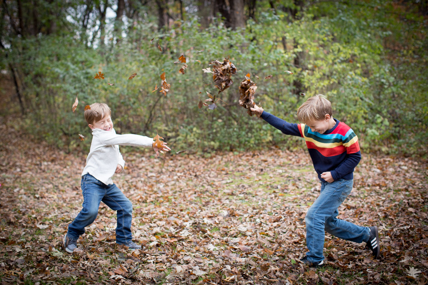 06-moir-park-minnesota-family-photographer-siblings-brother-leaf-fight-fall-mn-mahonen-photography.jpg