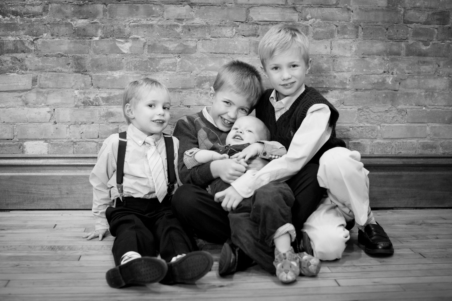 06-christmas-photos-minnesota-studio-family-photographer-brother-navy-blue-mahonen-photography.jpg