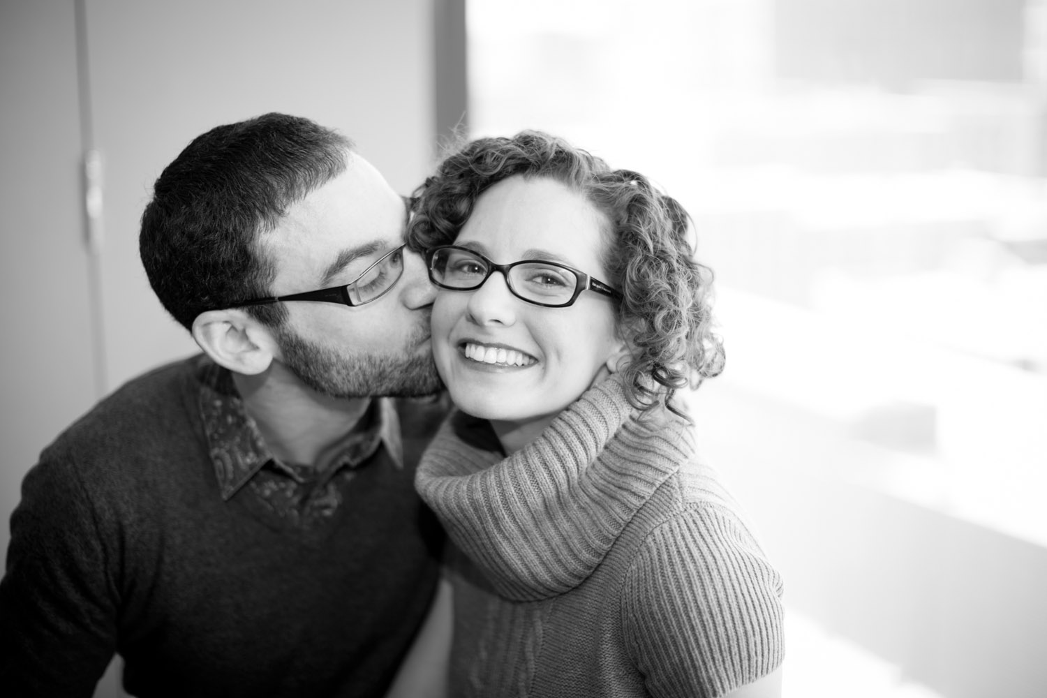 02-guthrie-theater-minneapolis-minnesota-winter-engagement-session-black-and-white-9th-floor-mahonen-photography.jpg