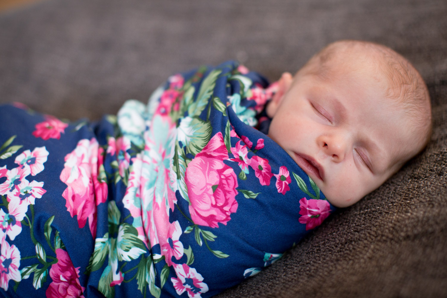 03-in-home-lifestyle-minnesota-newborn-photographer-navy-pink-floral-wrap-mahonen-photography.jpg