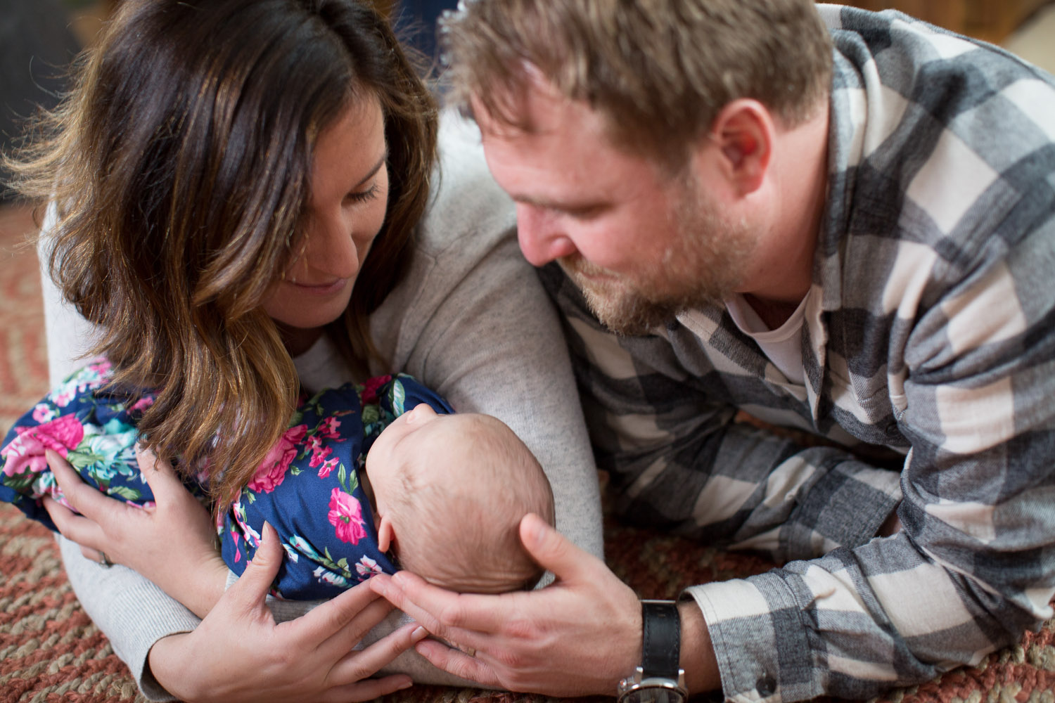 07-in-home-lifestyle-minnesota-newborn-photographer-navy-pink-floral-wrap-mom-and-dad-new-parents-mahonen-photography.jpg