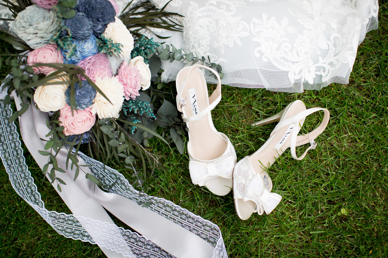 02-northern-minnesota-summer-lake-wedding-cabin-getting-ready-lacey-details-bow-heels-bridal-shoes-mahonen-photography.jpg