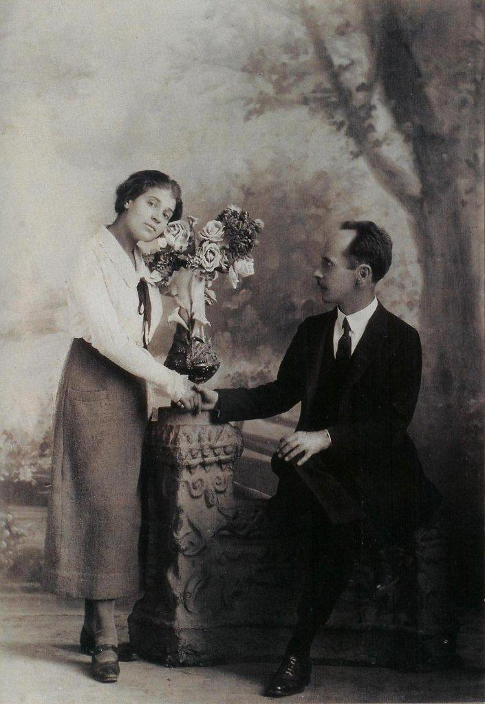"""Tina Modotti and Edward Weston, """"Anniversary"""", Mexico, 1924.  Photographer unknown.  From  Frida Kahlo: Her Photos , edited by Pablo Ortiz Monasterio, Editorial RM, 2010, p. 403)."""