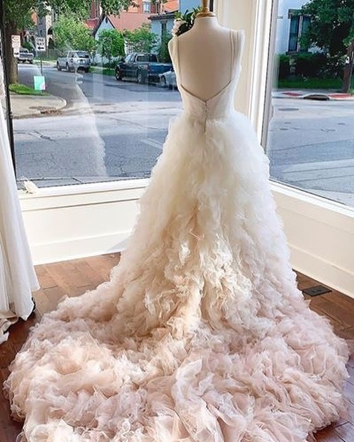 Happy Monday! 💕 The #UMAgown at @mansionhillbridal
